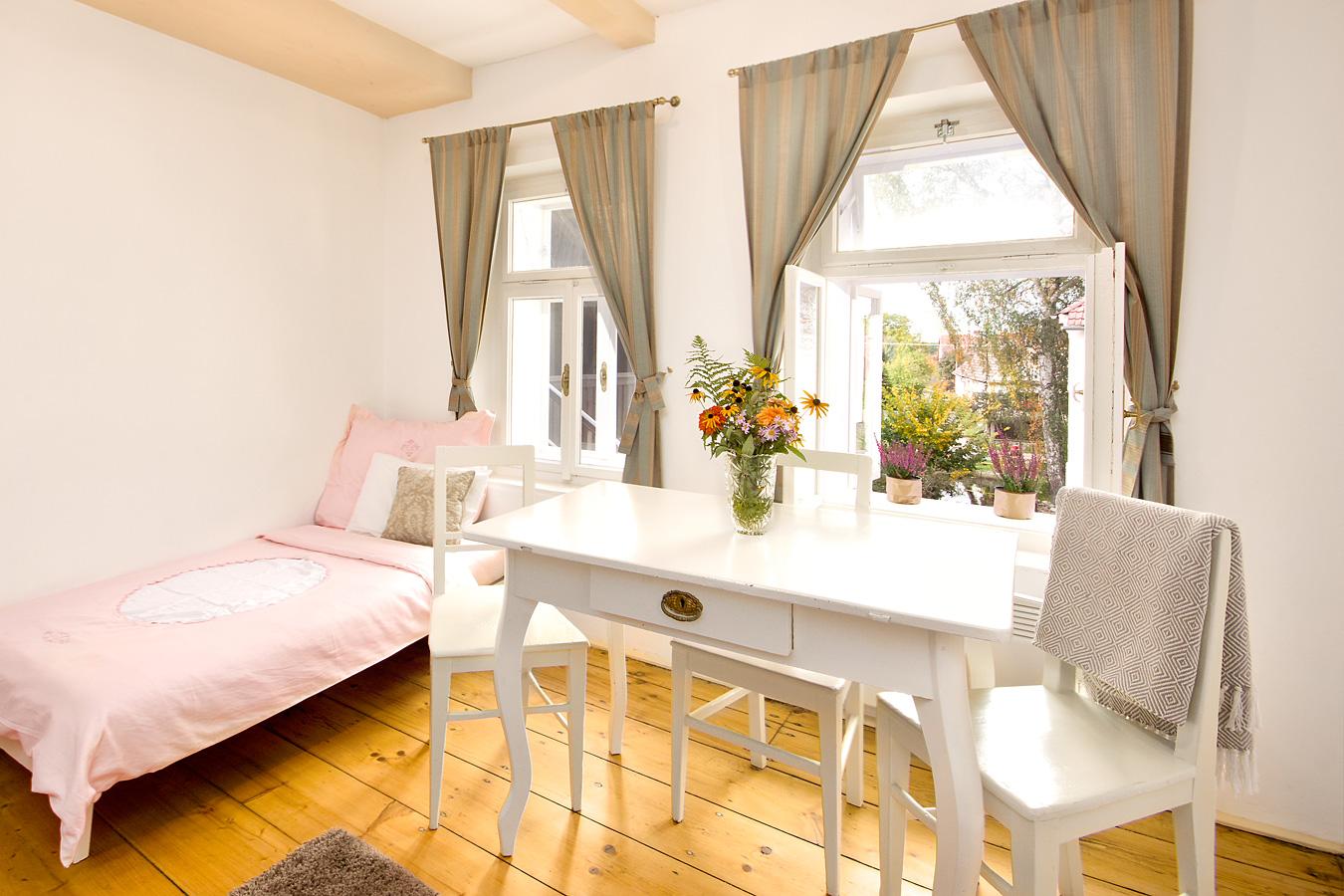 Apartmán č. 2, stůl